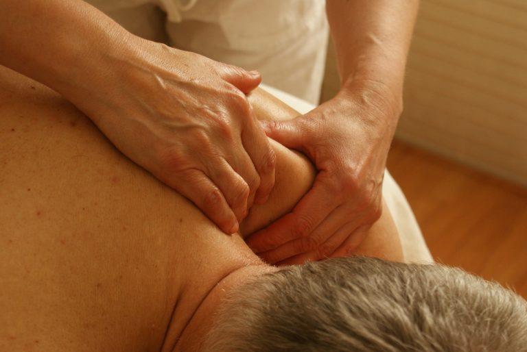 Seus ombros doem? Experimente estes 3 exercícios simples